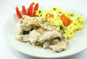куриная грудка в сметанном соусе и рис с овощами