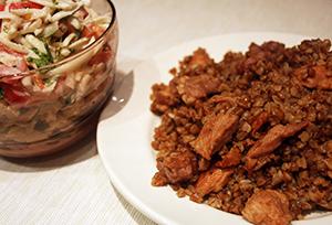 Гречка с индейкой и салат из кольраби