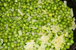 Зеленый горошек с луком фото