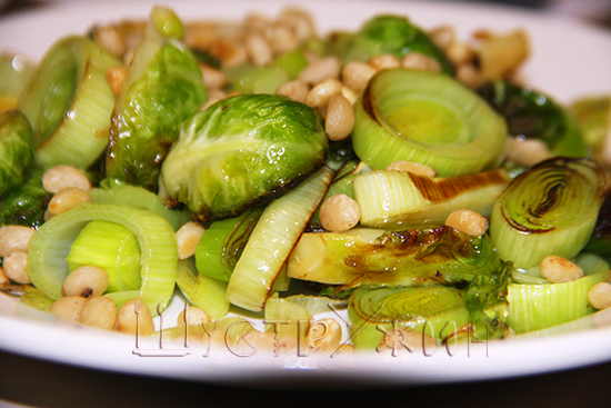 Брюссельская капуста с пореем и орешками, рецепт