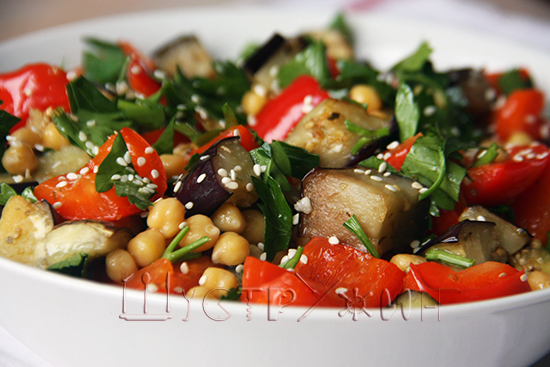 Теплый салат с нутом