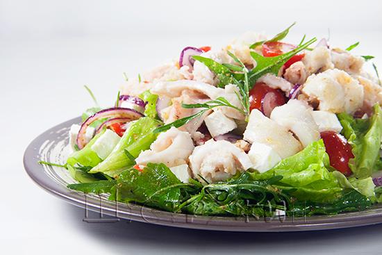Как приготовить свежий салат с кальмаром