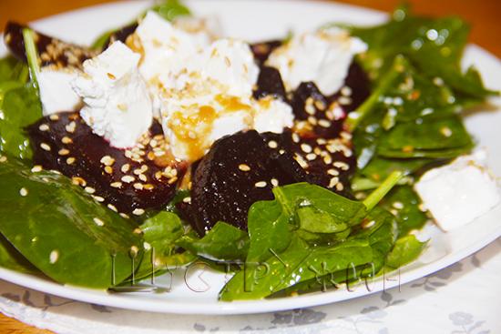 Салат с жареной свеклой и шпинатом, рецепт