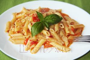 макароны с помидорами и сыром в сковородке