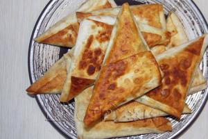 Треугольники из лаваша с творогом и сыром на сковороде